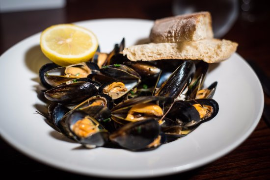 Brighouse, UK: Mussels, White Wine, Cream, Garlic and Thyme Served with Crusty Bread