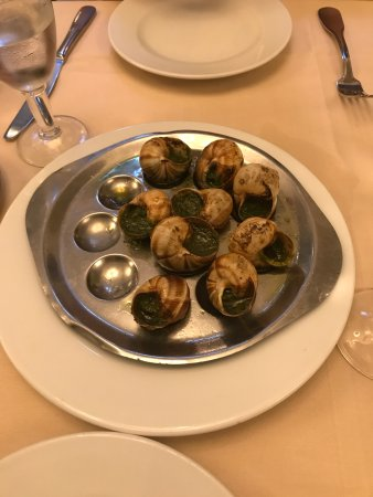 Le Cafe du Commerce: Escargot - they gave multiple options to make the dish shareable