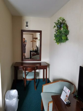 Adoba Lockview Hotel: dressing table