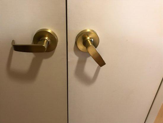 Portland Marriott At Sable Oaks: Broken Closet Door Handle