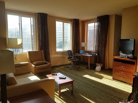 Hampton Inn & Suites Denver Downtown: living room of suite