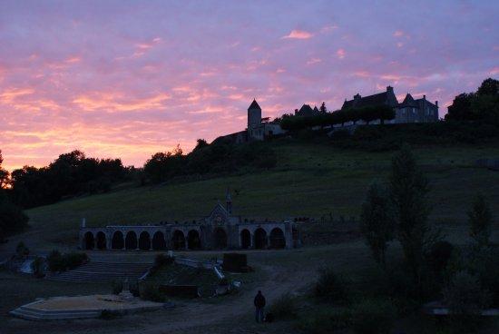 Castillon-la-Bataille, France: Couché de soleil juste avant le spectacle.