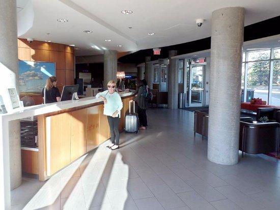 Hotel Alma & Seasonal Residence at the University of Calgary: The lobby is bright, reasonably spacious and well organized.