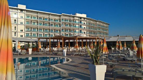 Asterias Beach Hotel: View of the Hotel from pool area