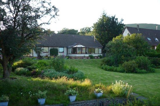 Glenshian Guesthouse: De tuin aan de achterkant van het huis.