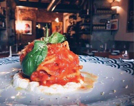 Ristorante Borromeo : i mie spaghetti fatti in casa con pomodoro del piennolo, stracciatella di bufala e limone