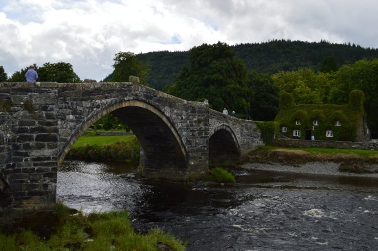 The Meadowsweet Hotel: Bridge over River Conwy at Llanrwst - a short walk from the hotel.