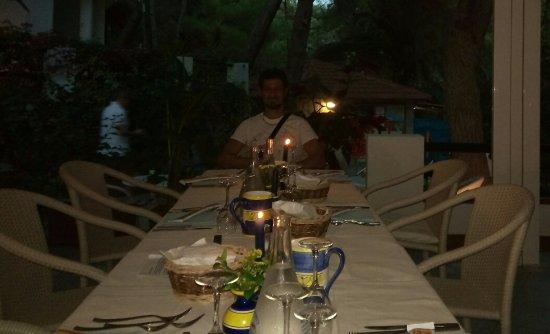 Villaggio Alberghiero Cala d'Arconte: Oltre alla braciata in spiaggia...hanno organizzato cena a lume di candela...bellissimo!Grande C