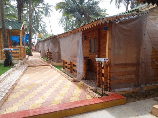 Anjuna, India: hotel rooms from outside.. non maintained signages....