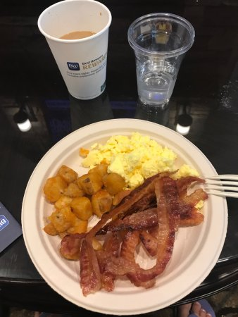 Best Western Plus Easton Inn & Suites: Delicious hot breakfast!