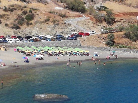 Agios Pavlos, Grecia: Η θέα απ' τον διπλανό βράχο. Σκαλοπάτια για ν' ανέβεις, αλλά όχι για να κατέβεις στους αμμόλοφου