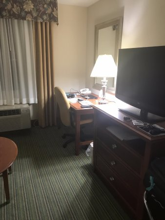 Holiday Inn Express Downtown Richmond: Secondary photo of the room-- please excuse the personal items I had set on the desk (laptop/cab