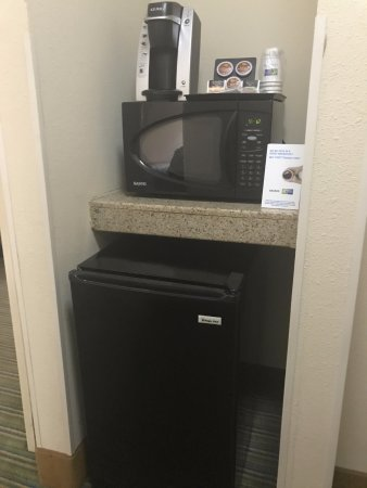 Holiday Inn Express Downtown Richmond: Upon entering the room, this mini kitchenette is on the right hand side.