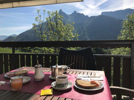 Hotel de Gruyeres Wellness & Seminaires: breakfast on the terrace