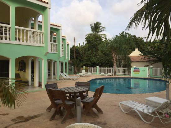 Coral Paradise Resort: Pool and rooms