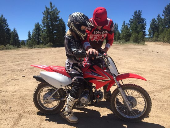 Soda Springs, Califórnia: Ayla (age 7) learning to ride on a CRF70