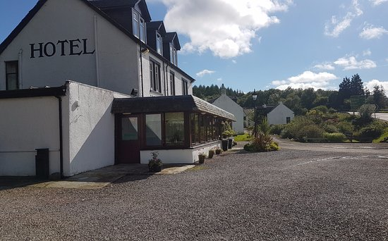 West Loch Hotel: Entrance area and carpark