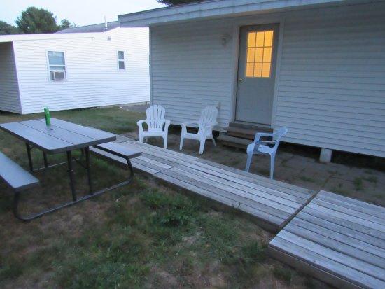 Blue Haven Motor Court : back sitting area outside cabin 11