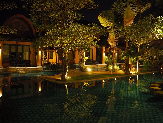 The Village Resort and Spa: Pool/Bar area