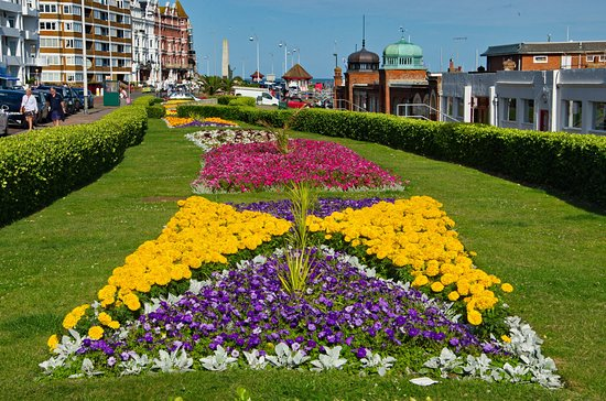 Bexhill-on-Sea, UK: Nice gardenning to make your trip colourful!
