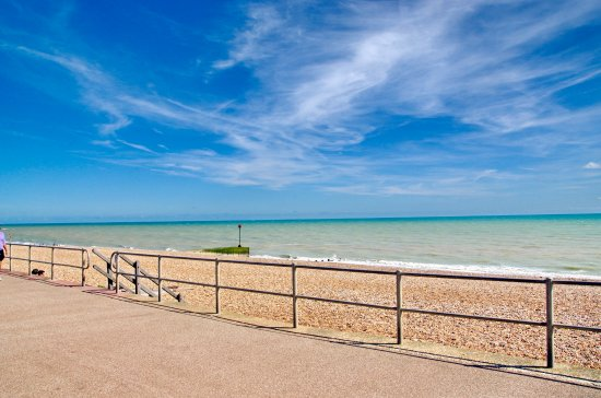 Bexhill-on-Sea, UK: Blue sky and green water