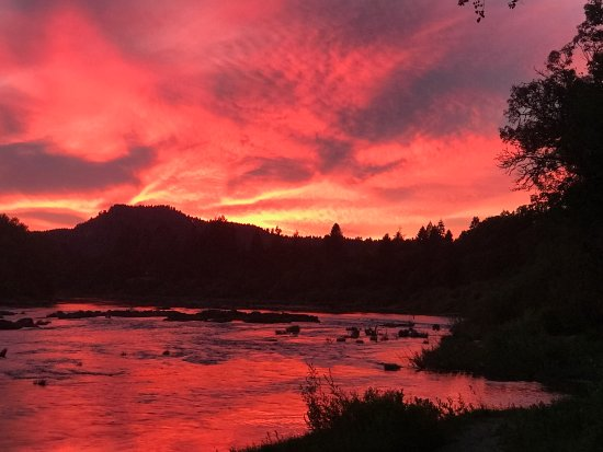 Elkton, OR: Sunset from the campgrounds on the Umpqua River