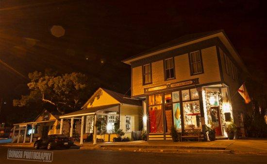 Cedar Key, فلوريدا: Nestled beside 1842 Daily Grind Coffee Shop along Historic 2nd Street