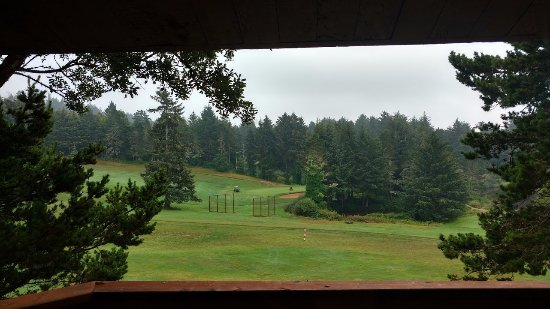 Salishan Lodge and Golf Resort Spa: view of the ninth green from our room