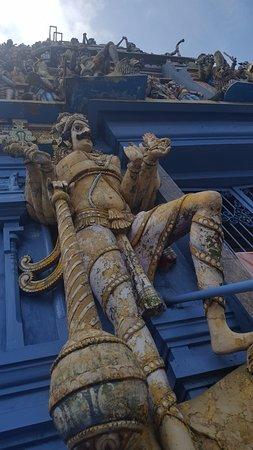 Temple of Sri Kailawasanathan Swami Devasthanam Kovil: Estátuas lindas