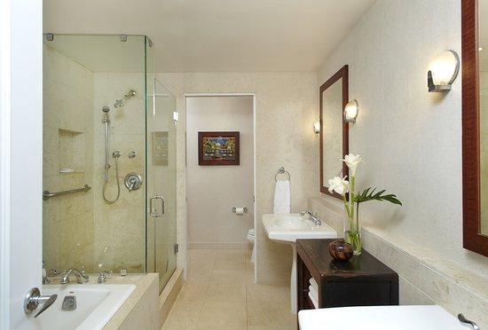 Lotus Honolulu at Diamond Head: Penthouse Bathroom Detail