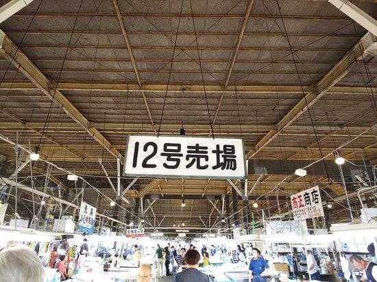 Shiogama Seafood Market: 平日ですが活気があります。