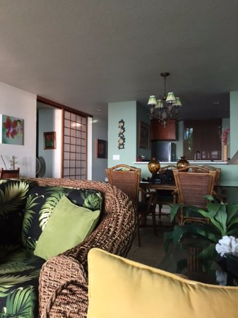 Keauhou Kona Surf & Racquet Club: Living room, looking toward kitchen. Very serene and comfortable!