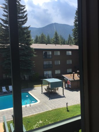 Forest Suites Resort at Heavenly Village: View of the pool from our room. The hot tub is just past the brown shed.
