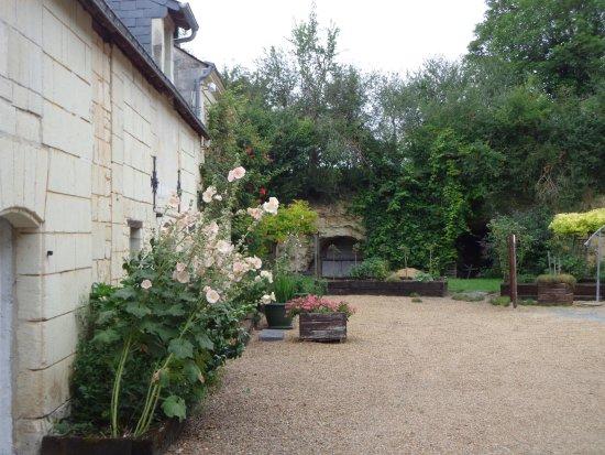Grezille, France : vue du jardin à l'avant