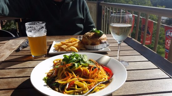 Gidgegannup, ออสเตรเลีย: Lunch and drinks on the verandah