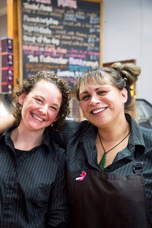 Riverton, New Zealand: Marleen and Iri the lovely owners of the Postmaster Bakery
