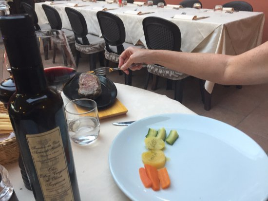 Agliano Terme, Italia: Een bord met wat groente en het vlees