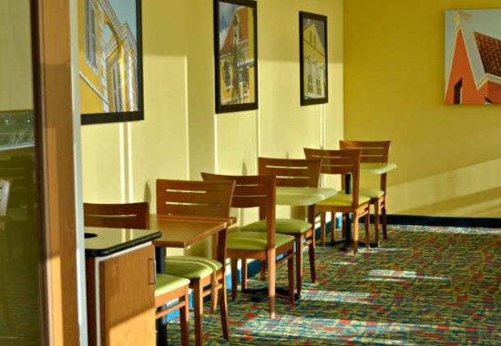 Fairfield Inn & Suites by Marriott Virginia Beach Oceanfront: Lobby Sitting Area