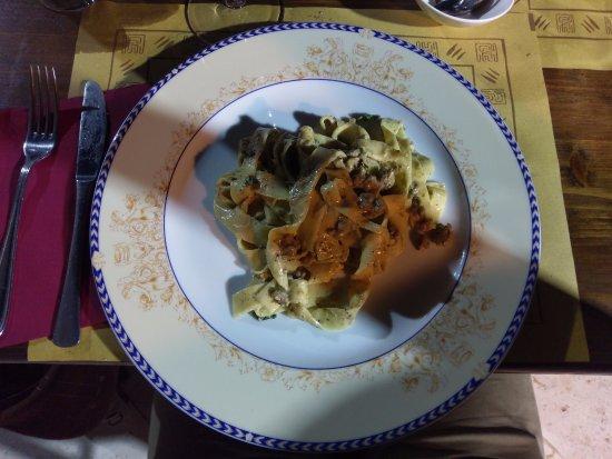 Gaggi, Italia: pappardele con maialino nero funghi porcini e tartufo