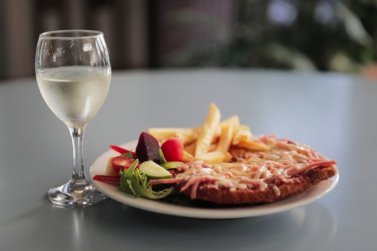 St Helens, Australia: Delicious Chicken Schnitzel accompanied by a fine glass of Tasmanian White Wine