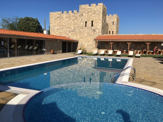 Pliska, Βουλγαρία: espace piscine très complet; l'espace sur la gauche comprend bar, billard, ping-pong, baby-foot,
