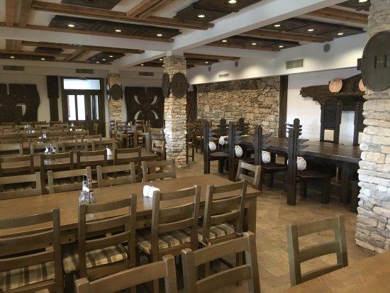 Pliska, Βουλγαρία: la salle à manger, très propre également, dont la décoration présente quelques agréables surpris