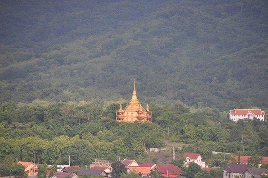 Wat Pa Phon Phao: プーシーの丘の頂上から見えるポーンパオ寺の金塔