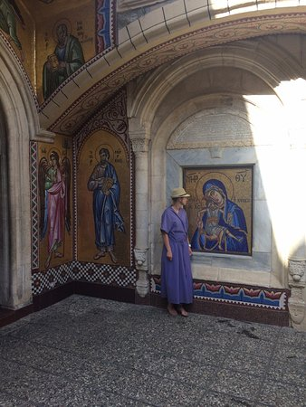 Pedoulas, Cypr: На территории из мозайки выложены иконы