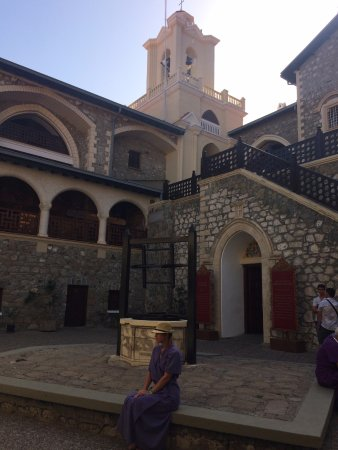 Pedoulas, Cypr: Справа вход в храм.