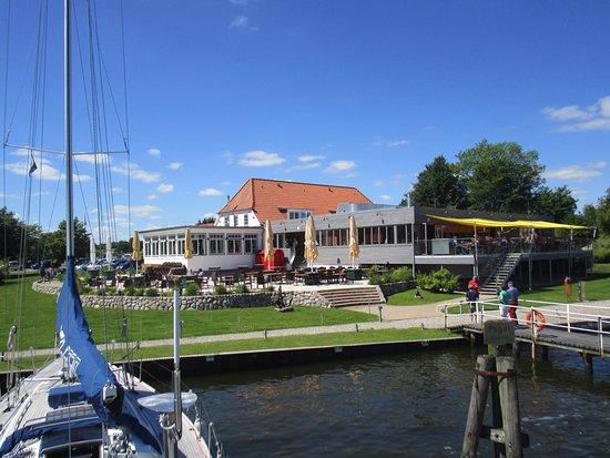 Brodersby, Niemcy: Blick auf das Fährhaus vom Wasser aus
