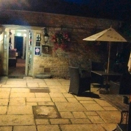 Shipton under Wychwood, UK: Welcoming entrance after dark