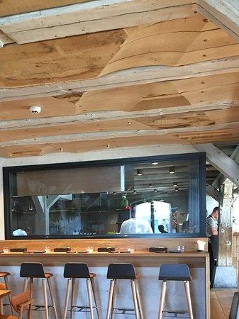 Restaurant Barr: Theke Mit Einblick In Die Küche, Das Spricht Für Sich.