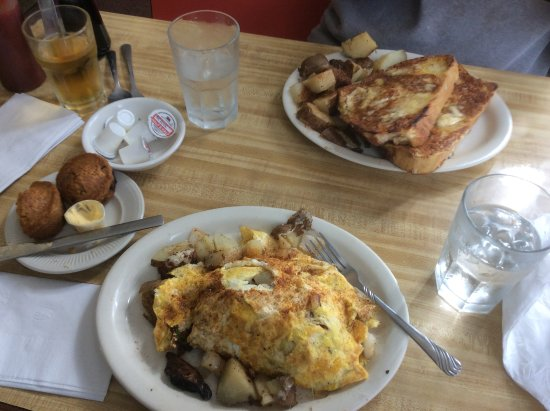 Houghton, MI: Fresh Miner's omelette, French Toast and warm fresh blueberry muffins