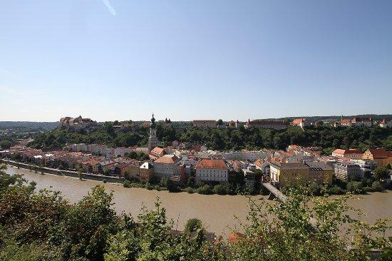 Burghausen, Germany: Blick auf die Burganlage vom Panoramausblick auf der anderen Flußseite